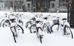 Das Fahrrad, das vollständig mit Schnee bedeckt wurde, parkte in der Zentrale von Stockholm Lizenzfreies Stockbild