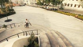 Das Fahrrad der jungen Frau, das hinunter Treppe geht und seine Hände hält, fahren rad stockfoto
