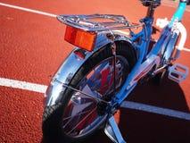 Das Fahrrad der Kinder mit drei Rädern, Rädchen kann entfernt werden lizenzfreies stockbild