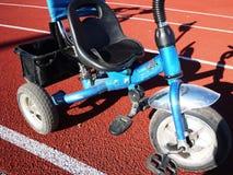 Das Fahrrad der Kinder mit drei Rädern, Rädchen kann entfernt werden lizenzfreie stockbilder