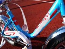 Das Fahrrad der Kinder mit drei Rädern, Rädchen kann entfernt werden stockfotografie