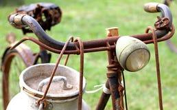 Das Fahrrad des rostigen Milchmannes mit Aluminiumtrommel und Lichtern Lizenzfreie Stockfotografie