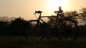 Das Fahrrad unter dem Sonnenuntergang Lizenzfreies Stockfoto