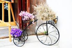 Das Fahrrad voll von Blumen Lizenzfreie Stockfotos
