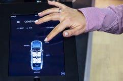 Das Fahrzeug durch die Tablettenfernsteuerung auf Connecte Stockfoto