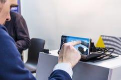 Das Fahrzeug durch eine Smartphonefernsteuerung auf Connec Lizenzfreies Stockbild