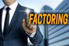 Das Faktors Darstellen Faktors Darstellen bei mit Berührungseingabe Bildschirm wird vom Geschäftsmann bearbeitet stockbild