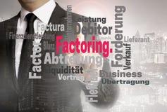 Das Faktors Darstellen Faktors Darstellen bei wordcloud mit Berührungseingabe Bildschirm wird vom Geschäftsmann gezeigt lizenzfreies stockbild