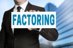 Das Faktors Darstellen Faktors Darstellen bei Zeichen wird vom Geschäftsmann gehalten lizenzfreies stockfoto