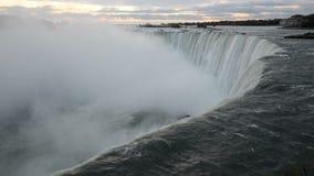 Das fallende Wasser von Niagara Falls zieht am frühen Morgen in die Tiefe stock video