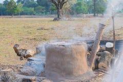Das famer üben, wie man Holzkohle, alte Methode zu gemachter Holzkohle in Thailand brennt stockbild