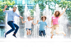 Das Familienspringen lizenzfreie stockfotos