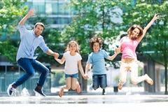 Das Familienspringen lizenzfreie stockfotografie
