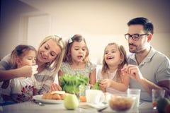 Das Familienvorbereiten gesund essen stockfotos