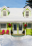 Das farbige Haus unter dem Schnee lizenzfreie stockbilder