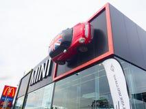 Das Fassadengebäude von Mini Cooper-Autosalon, ist ein kleines Wirtschaftsauto, das durch Englisch-ansässige British Motor Corpor lizenzfreie stockfotografie