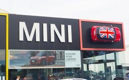 Das Fassadengebäude von Mini Cooper-Autosalon, ist ein kleines Wirtschaftsauto, das durch Englisch-ansässige British Motor Corpor lizenzfreie stockfotos