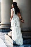 Das feine junge Mädchen mit einem hellen Kleid. Lizenzfreies Stockfoto