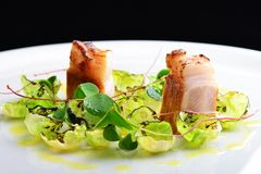 Das feine Speisen, Feinschmecker grillte Schweinelende auf Rosenkohl lizenzfreies stockfoto