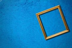 Das Feld auf der blauen Wand. Stockfotos
