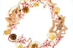 Das Feld, das vom hölzernen Weihnachten gemacht wird, spielt auf einem weißen Hintergrund und einem Text Lizenzfreies Stockbild