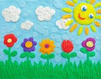 Das Feld von Blumen, von Wolken und von Sonne Lizenzfreie Stockfotos