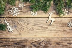 Das Feld, das von den Kiefernniederlassungen gemacht werden und die Weihnachtsdekorationen auf altem flehen an Lizenzfreies Stockfoto