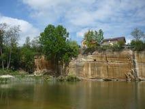 Das Felsengesicht und der kleine See auf KoÅ-¡ utka in Pilsen stockfotos