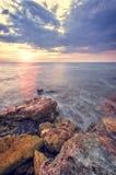 Das felsige Ufer des Meeres Stockbild