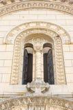 Das Fenster in der Kirche von Sankt Nikolaus im Leskovac, Serbien stockfotografie