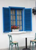 Das Fenster des Blaus und die Dekoration blühen Stockbilder