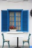 Das Fenster des Blaus und die Dekoration blühen Stockfotografie