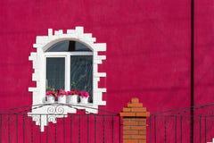 Das Fenster des Hauses in einem farbigen Äußeren Lizenzfreies Stockfoto