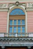 Das Fenster eines Altbaus lizenzfreies stockbild