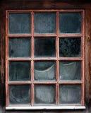 Das Fenster eines alten, hölzernen Gutshauses mit Netz Lizenzfreies Stockfoto