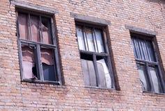 das Fenster eines alten verlassenen Hauses Stockfotografie