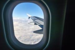 Das Fenster heraus schauen Lizenzfreies Stockfoto