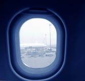 Das Fenster heraus schauen Lizenzfreie Stockfotos