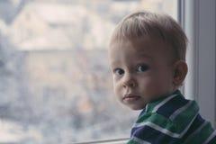 Das Fenster heraus schauen Lizenzfreie Stockfotografie
