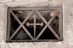 Das Fenster im Keller mit einem Kreuz im Metallrahmen mit cobw Lizenzfreie Stockfotografie