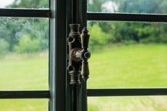 Das Fenster mit Klinke eines alten Bauernhauses nach innen Lizenzfreie Stockfotos