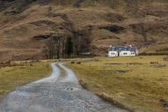 Das Fern-Achnambeithach-Häuschen in Glencoe Stockbild