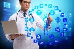 Das Fernmedizinkonzept mit Doktor, der virtuelle Knöpfe bedrängt Lizenzfreie Stockbilder