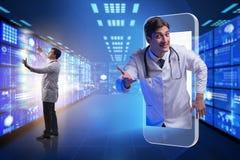 Das Fernmedizinkonzept mit Doktor und Smartphone stockbilder