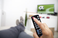 Das Fernsehen abstellen Fernsteuerungs in der Hand Fußball Stockbilder