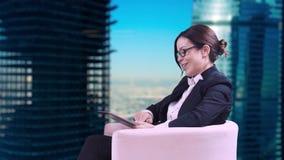 Das Fernsehstudio Nahaufnahme von Brunette in den Gläsern Sie sitzt im Studio in einem Anzug und gibt Interviews stock video footage