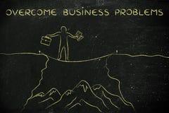 Das feste Seil des Geschäftsmannes, das über eine Klippe geht, überwinden Probleme Lizenzfreies Stockbild
