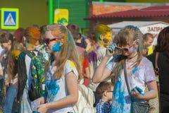Das Festival von Farben Holi in Tscheboksary, Chuvash-Republik, Russland 05/28/2016 Lizenzfreie Stockfotos