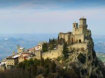 Das Festungs-La Rocca Guaita mit schönem Landschaftshintergrund, San Marino stockfotos