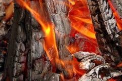 In das Feuer Stockfoto